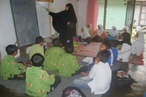 Santri TPA Al-Ghoffar sedang tekun mengaji